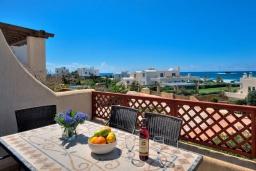 Балкон. Кипр, Хлорака : Потрясающая вилла с видом на Средиземное море, с 4-мя спальнями, расположена в комплексе с бассейном в 50 метрах от моря