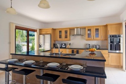 Кухня. Кипр, Помос : Роскошная вилла с террасой на крыше с панорамным видом на море, с 5-ю спальнями, с пейзажным бассейном, джакузи и lounge-зоной, расположена в горах Ayia Marina