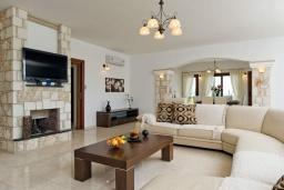 Гостиная. Кипр, Помос : Роскошная вилла с террасой на крыше с панорамным видом на море, с 5-ю спальнями, с пейзажным бассейном, джакузи и lounge-зоной, расположена в горах Ayia Marina