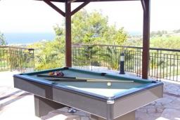 Развлечения и отдых на вилле. Кипр, Помос : Роскошная вилла с террасой на крыше с панорамным видом на море, с 5-ю спальнями, с пейзажным бассейном, джакузи и lounge-зоной, расположена в горах Ayia Marina