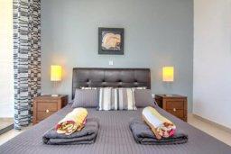 Спальня. Кипр, Лачи : Современная вилла с панорамным видом на море и горы, с 3-мя спальнями, с бассейном, традиционным кипрским барбекю и патио,  расположена на живописном склоне холма в деревушке Neo Chorion