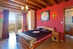 Спальня. Кипр, Лачи : Шикарная каменная вилла с панорамным видом на море, с 4-мя спальнями, с бассейном, джакузи, тенистой террасой с патио и с бильярдом