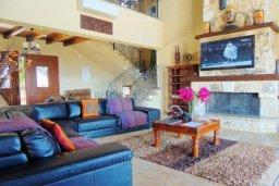 Гостиная. Кипр, Лачи : Шикарная каменная вилла с панорамным видом на море, с 4-мя спальнями, с бассейном, джакузи, тенистой террасой с патио и с бильярдом