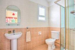 Ванная комната 2. Кипр, Корал Бэй : Роскошная вилла с 3-мя спальнями, с бассейном, солнечной террасой с патио и барбекю