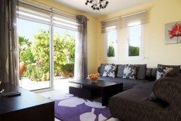 Гостиная. Кипр, Лачи : Прекрасная вилла с панорамным видом на море и гавань Лачи, с 3-мя спальнями, с красивым зелёным садом, патио, барбекю и с уютной меблированной террасой на крыше