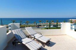 Терраса. Кипр, Лачи : Прекрасная вилла с панорамным видом на море и гавань Лачи, с 3-мя спальнями, с красивым зелёным садом, патио, барбекю и с уютной меблированной террасой на крыше