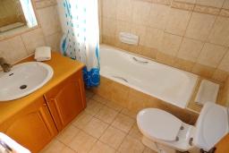 Ванная комната. Кипр, Полис город : Очаровательная вилла с 3-мя спальнями, с бассейном с подогревом, джакузи, тенистой террасой с патио и каменным барбекю, расположена среди апельсиновых садов на окраине Полиса