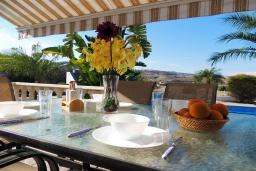 Терраса. Кипр, Полис город : Очаровательная вилла с 3-мя спальнями, с бассейном с подогревом, джакузи, тенистой террасой с патио и каменным барбекю, расположена среди апельсиновых садов на окраине Полиса
