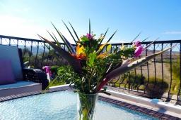 Балкон. Кипр, Полис город : Очаровательная вилла с 3-мя спальнями, с бассейном с подогревом, джакузи, тенистой террасой с патио и каменным барбекю, расположена среди апельсиновых садов на окраине Полиса