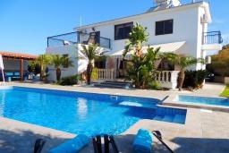 Вид на виллу/дом снаружи. Кипр, Полис город : Очаровательная вилла с 3-мя спальнями, с бассейном с подогревом, джакузи, тенистой террасой с патио и каменным барбекю, расположена среди апельсиновых садов на окраине Полиса