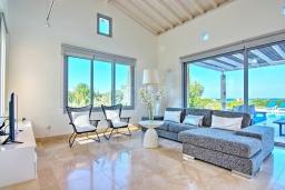 Гостиная. Кипр, Лачи : Эксклюзивная вилла с видом на море, с 3-мя спальнями, с бассейном, тенистой террасой с патио, в окружении пышного зелёного сада, расположена в 350 метрах от пляжа Neo Chorio 2 Beach