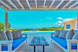Терраса. Кипр, Лачи : Эксклюзивная вилла с видом на море, с 3-мя спальнями, с бассейном, тенистой террасой с патио, в окружении пышного зелёного сада, расположена в 350 метрах от пляжа Neo Chorio 2 Beach