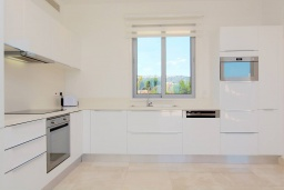 Кухня. Кипр, Лачи : Эксклюзивная вилла с видом на море, с 3-мя спальнями, с бассейном, тенистой террасой с патио, в окружении пышного зелёного сада, расположена в 350 метрах от пляжа Neo Chorio 2 Beach
