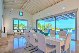 Обеденная зона. Кипр, Лачи : Эксклюзивная вилла с видом на море, с 3-мя спальнями, с бассейном, тенистой террасой с патио, в окружении пышного зелёного сада, расположена в 350 метрах от пляжа Neo Chorio 2 Beach