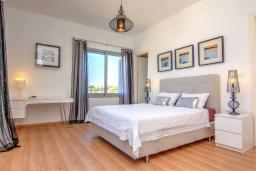 Спальня. Кипр, Лачи : Эксклюзивная вилла с видом на море, с 3-мя спальнями, с бассейном, тенистой террасой с патио, в окружении пышного зелёного сада, расположена в 350 метрах от пляжа Neo Chorio 2 Beach