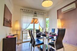 Обеденная зона. Кипр, Лачи : Роскошное бунгало с террасой на крыше с панорамным видом на море и lounge-зоной, с 3-мя спальнями, с бассейном, джакузи, летней кухней и барбекю, расположено около пляжа Souli Beach