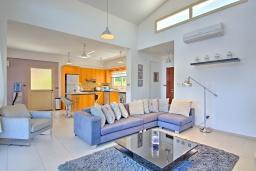 Гостиная. Кипр, Лачи : Роскошное бунгало с террасой на крыше с панорамным видом на море и lounge-зоной, с 3-мя спальнями, с бассейном, джакузи, летней кухней и барбекю, расположено около пляжа Souli Beach