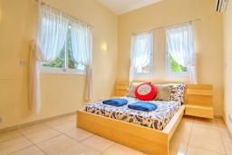 Спальня. Кипр, Полис город : Роскошное бунгало с 3-мя спальнями, с бассейном, тенистой террасой с патио и барбекю, в окружение красивого зелёного сада