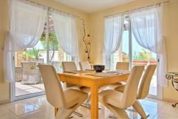 Обеденная зона. Кипр, Полис город : Роскошное бунгало с 3-мя спальнями, с бассейном, тенистой террасой с патио и барбекю, в окружение красивого зелёного сада