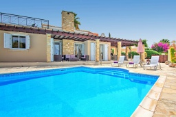 Вид на виллу/дом снаружи. Кипр, Полис город : Роскошное бунгало с 3-мя спальнями, с бассейном, тенистой террасой с патио и барбекю, в окружение красивого зелёного сада