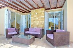 Терраса. Кипр, Полис город : Роскошное бунгало с 3-мя спальнями, с бассейном, тенистой террасой с патио и барбекю, в окружение красивого зелёного сада