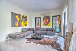 Гостиная. Кипр, Полис город : Роскошная вилла с террасой на крыше с потрясающим видом на море, с 3-мя спальнями, с бассейном, патио и барбекю, расположена в 100 метрах от пляжа Polis Beach