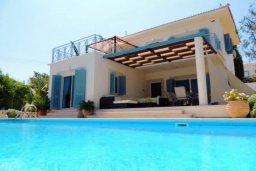 Фасад дома. Кипр, Лачи : Замечательная вилла с прекрасным видом на залив Chrysochou, с 3-мя спальнями, с бассейном, уютной террасой с патио, в окружение красивого ландшафтного сада