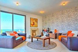 Гостиная. Кипр, Лачи : Сказочная вилла с панорамным и беспрепятственным видом на залив Chryshochou и гавань Latchi, с 3-мя спальнями, с бассейном, уличным джакузи, барбекю и с потрясающей меблированной террасой на крыше