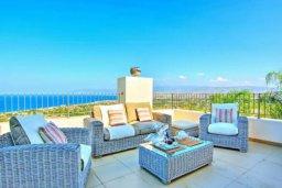 Патио. Кипр, Лачи : Сказочная вилла с панорамным и беспрепятственным видом на залив Chryshochou и гавань Latchi, с 3-мя спальнями, с бассейном, уличным джакузи, барбекю и с потрясающей меблированной террасой на крыше