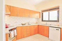 Кухня. Кипр, Хлорака : Прекрасная вилла с 4-мя спальнями, с бассейном и двориком, расположена в Пафосе для 8-ти гостей