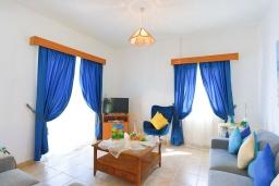Гостиная. Кипр, Аргака : Очаровательная кипрская вилла с 3-мя спальнями, с бассейном, в окружение лимонных и апельсиновых деревьев, с тенистой террасой с патио и барбекю