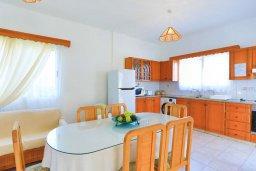 Обеденная зона. Кипр, Аргака : Очаровательная вилла с 3-мя спальнями, бассейном, пышным зелёным садом, тенистой террасой с патио и барбекю