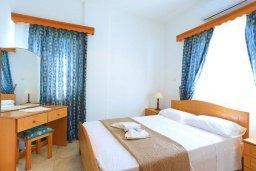 Спальня. Кипр, Аргака : Очаровательная вилла с 3-мя спальнями, бассейном, пышным зелёным садом, тенистой террасой с патио и барбекю