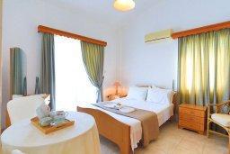 Спальня 2. Кипр, Аргака : Очаровательная вилла с 3-мя спальнями, бассейном, пышным зелёным садом, тенистой террасой с патио и барбекю