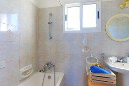 Ванная комната. Кипр, Аргака : Очаровательная вилла с 3-мя спальнями, бассейном, пышным зелёным садом, тенистой террасой с патио и барбекю