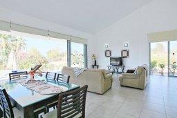 Обеденная зона. Кипр, Лачи : Красивая уединенная вилла с 3-мя спальнями, бассейном, в окружение зелёного сада, тенистой террасой с патио и барбекю и потрясающим видом на море и окрестности Latchi