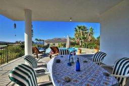 Терраса. Кипр, Лачи : Красивая уединенная вилла с 3-мя спальнями, бассейном, в окружение зелёного сада, тенистой террасой с патио и барбекю и потрясающим видом на море и окрестности Latchi
