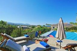 Зона отдыха у бассейна. Кипр, Лачи : Красивая уединенная вилла с 3-мя спальнями, бассейном, в окружение зелёного сада, тенистой террасой с патио и барбекю и потрясающим видом на море и окрестности Latchi