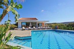 Вид на виллу/дом снаружи. Кипр, Лачи : Красивая уединенная вилла с 3-мя спальнями, бассейном, в окружение зелёного сада, тенистой террасой с патио и барбекю и потрясающим видом на море и окрестности Latchi