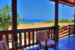 Терраса. Кипр, Айя Марина Хрисохус : Замечательная кипрская вилла с потрясающим видом на море, с 3-мя спальнями, бассейном, тенистой террасой с патио и барбекю, расположена у пляжа Agia Marina,