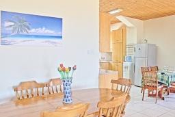 Обеденная зона. Кипр, Айя Марина Хрисохус : Замечательная кипрская вилла с потрясающим видом на море, с 3-мя спальнями, бассейном, тенистой террасой с патио и барбекю, расположена у пляжа Agia Marina,