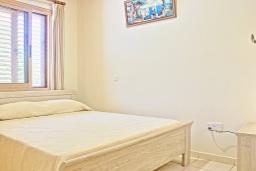 Спальня. Кипр, Айя Марина Хрисохус : Замечательная кипрская вилла с потрясающим видом на море, с 3-мя спальнями, бассейном, тенистой террасой с патио и барбекю, расположена у пляжа Agia Marina,