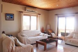 Гостиная. Кипр, Айя Марина Хрисохус : Замечательная кипрская вилла с потрясающим видом на море, с 3-мя спальнями, бассейном, тенистой террасой с патио и барбекю, расположена у пляжа Agia Marina,
