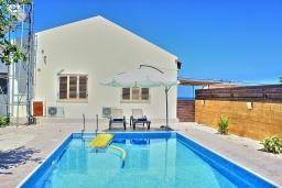 Бассейн. Кипр, Айя Марина Хрисохус : Замечательная кипрская вилла с потрясающим видом на море, с 3-мя спальнями, бассейном, тенистой террасой с патио и барбекю, расположена у пляжа Agia Marina,