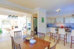 Обеденная зона. Кипр, Каппарис : Очаровательная вилла с 3-мя спальнями, с бассейном, солнечной террасой с патио и барбекю, расположена в 100 метрах от пляжа Malama Beach