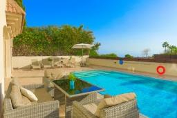 Зона отдыха у бассейна. Кипр, Каппарис : Очаровательная вилла с 3-мя спальнями, с бассейном, солнечной террасой с патио и барбекю, расположена в 100 метрах от пляжа Malama Beach