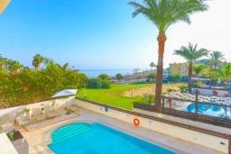 Вид на море. Кипр, Каппарис : Очаровательная вилла с 3-мя спальнями, с бассейном, солнечной террасой с патио и барбекю, расположена в 100 метрах от пляжа Malama Beach