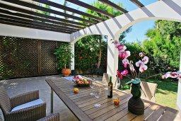 Обеденная зона. Кипр, Полис город : Современная и стильная вилла с панорамным видом на море, с 4-мя спальнями, 4-мя ванными комнатами, бассейном, меблированной террасой на крыше и барбекю, расположена всего в нескольких шагах от пляжа