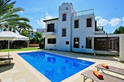 Фасад дома. Кипр, Полис город : Современная и стильная вилла с панорамным видом на море, с 4-мя спальнями, 4-мя ванными комнатами, бассейном, меблированной террасой на крыше и барбекю, расположена всего в нескольких шагах от пляжа