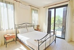 Спальня. Кипр, Полис город : Современная и стильная вилла с панорамным видом на море, с 4-мя спальнями, 4-мя ванными комнатами, бассейном, меблированной террасой на крыше и барбекю, расположена всего в нескольких шагах от пляжа